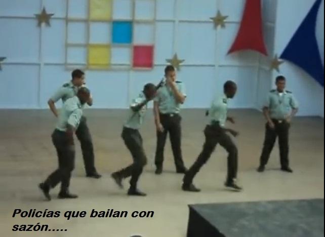 policias bailando